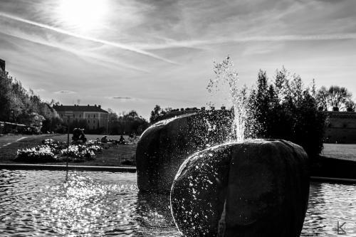 Das ist ein Wasserspiel im Brunnen mit zwei großen Steinen