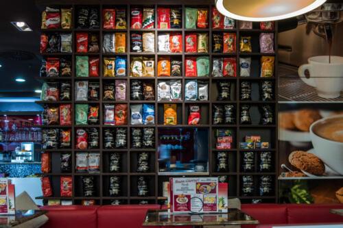 März Regal mit verschiedenen Kaffeesorten 02
