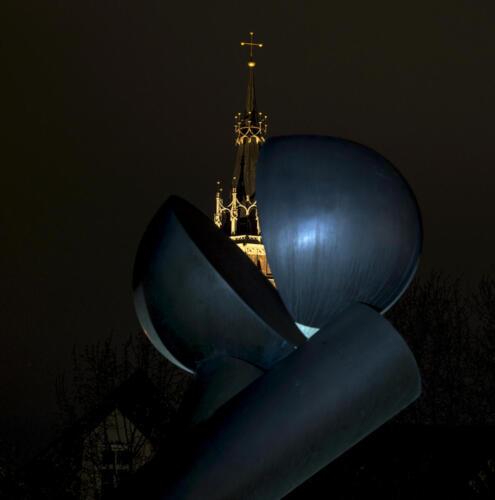 Die Große Zwei XXV mit dem Martinsturm im Hintergrund, in Farbe.